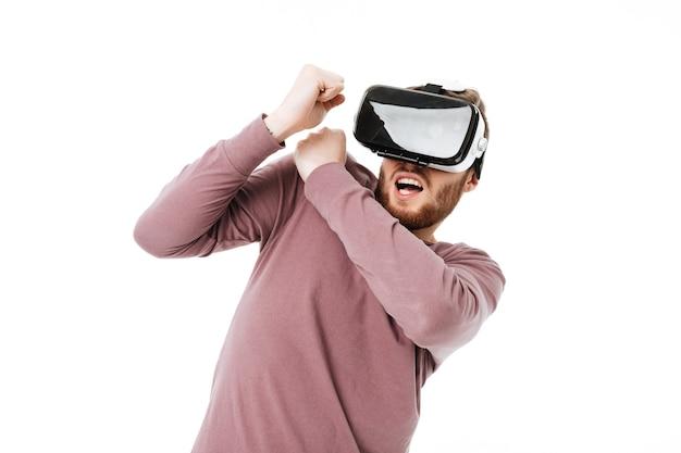 Мальчик играет в очках визуальной реальности