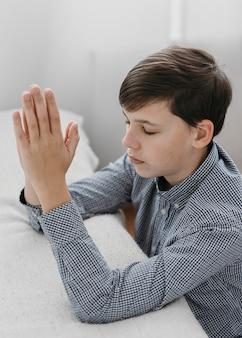 Ragazzo che prega pacificamente