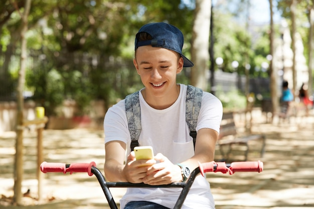 公園でbmx自転車に乗る少年