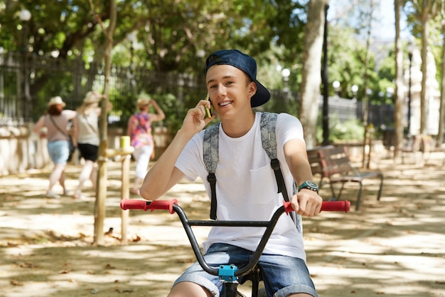 Молодой мальчик, езда на велосипеде bmx в парке