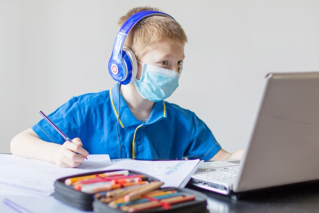 自宅でオンラインレッスン中に数学を勉強している少年