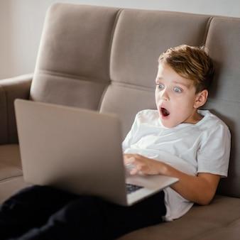 노트북을 사용하는 어린 소년