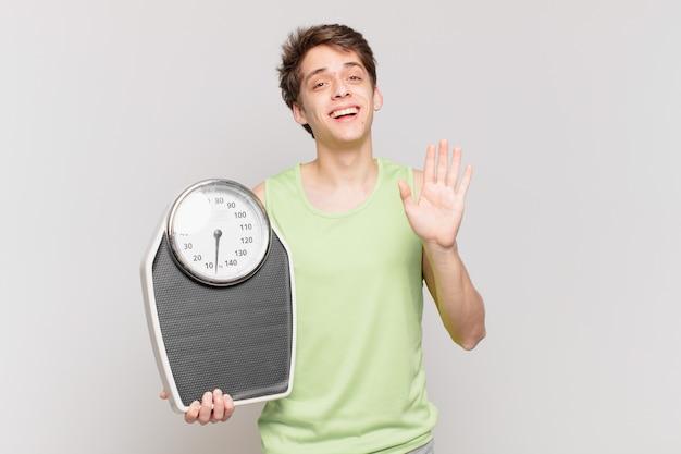 체중계 개념이 있는 피트니스 옷을 입은 어린 소년