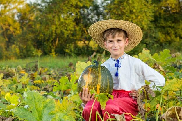 伝統的なウクライナの服を着ている少年