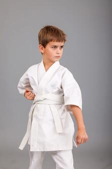 白い空手着物を着た少年