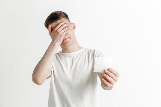 놀란 불행한 실패 표현을 가진 어린 소년 스튜디오에서 내기 슬립