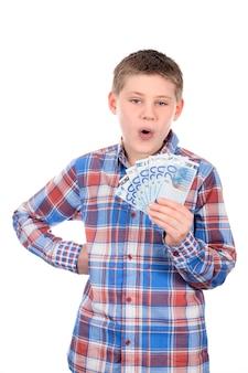 Молодой мальчик с нотами евро на белом пространстве