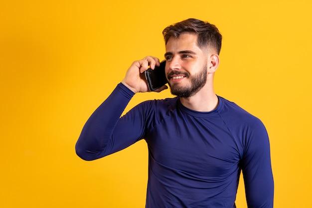 Молодой мальчик с телефоном в вызове.
