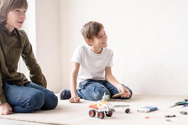 어린 소년과 교사는 워크샵에서 로봇 자동차를 만드는 재미, 평면도
