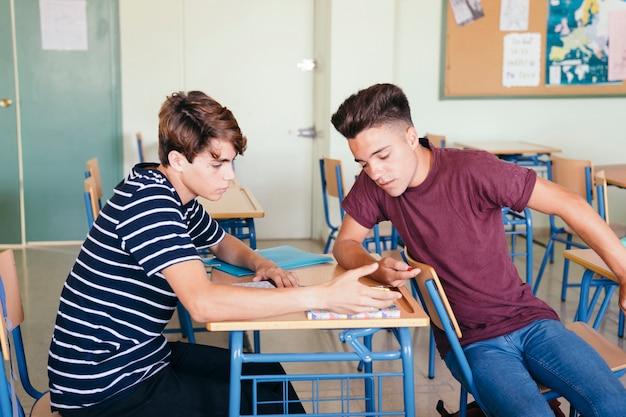 Giovani ragazzi imparare e parlare