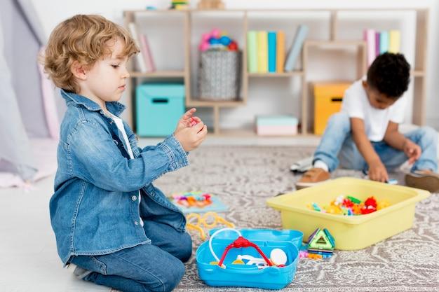 Giovani ragazzi che giocano con i giocattoli