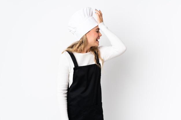 흰색에 고립 된 젊은 브라질 요리사 여자는 뭔가를 실현하고 해결책을 계획하고 있습니다