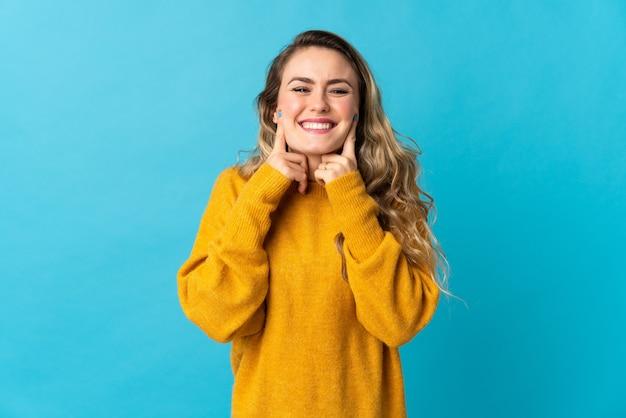 幸せで楽しい表情で青い笑顔で孤立した若いブラジル人女性