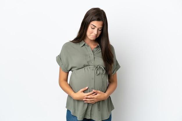 妊娠中の白い背景で隔離の若いブラジル人女性