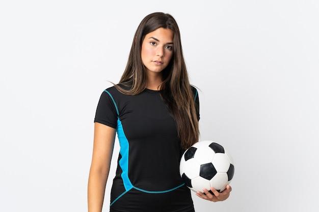 Молодая бразильская женщина, изолированные на белом фоне с футбольным мячом
