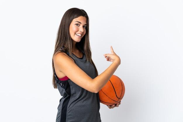 孤立したバスケットボールをしている若いブラジル人女性