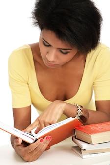 Молодая бразильская женщина читает книги