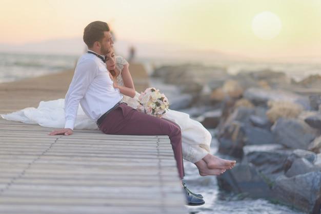 Невеста и жених в повседневном и официальном свадебном платье