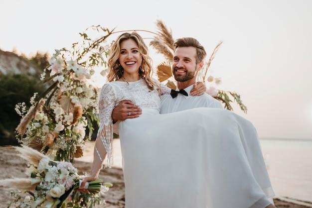 Молодая невеста и жених на пляжной свадьбе
