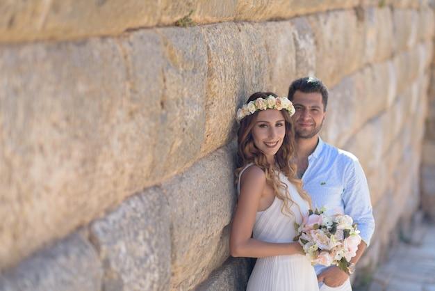 웨딩 드레스와 인과 결혼식에서 신랑과 젊은 신부