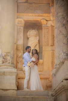 웨딩 드레스를 입은 젊은 신부와 신랑, 그리고 인과 결혼식