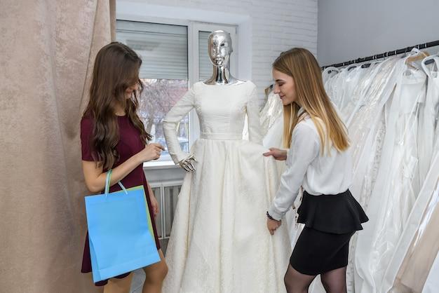 結婚式のドレスを選ぶ若い花嫁