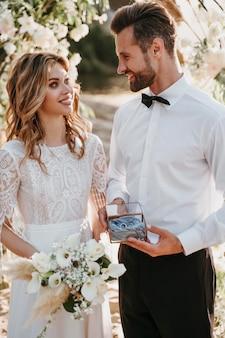 Giovani sposi che hanno un matrimonio sulla spiaggia