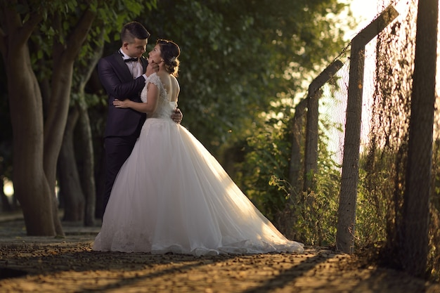 Giovane sposa e sposo in abito da sposa