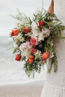 Giovane sposa nel suo abito da sposa