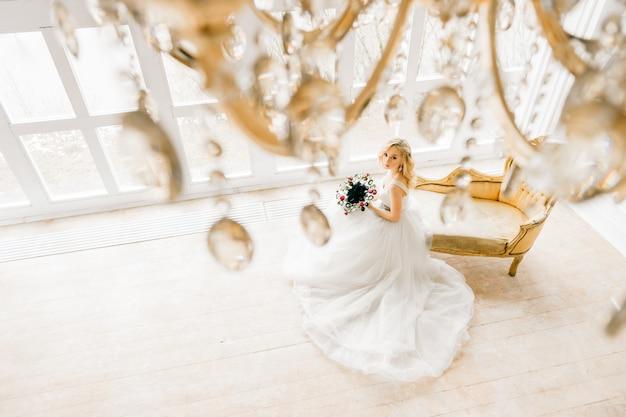 하얀 드레스를 입고 젊은 신부
