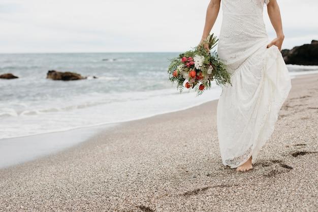 Молодая невеста в свадебном платье