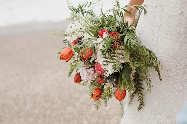 彼女のウェディングドレスの若い花嫁
