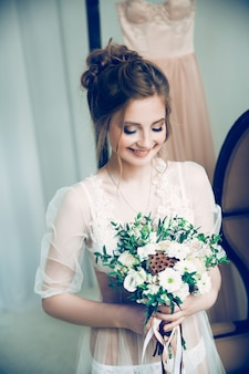 結婚式の花束を持つ若い花嫁。