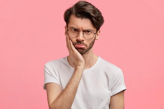 トレンディな眼鏡をかけている若い黒髪の男