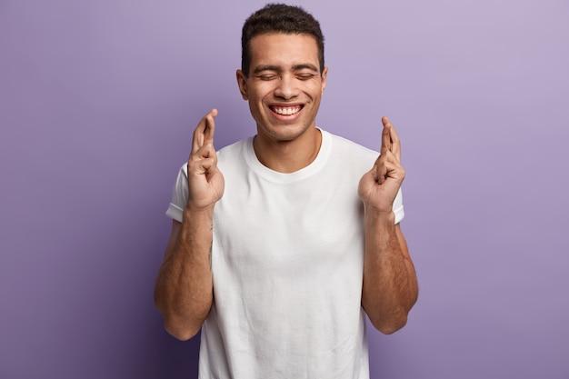 白いtシャツを着ている若い黒髪の男