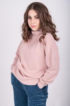 Молодая брюнетка в стильной повседневной одежде. базовая женская одежда