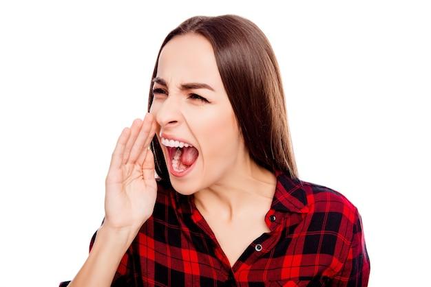若いブルネットは大声で叫び、重要な人に追加させます
