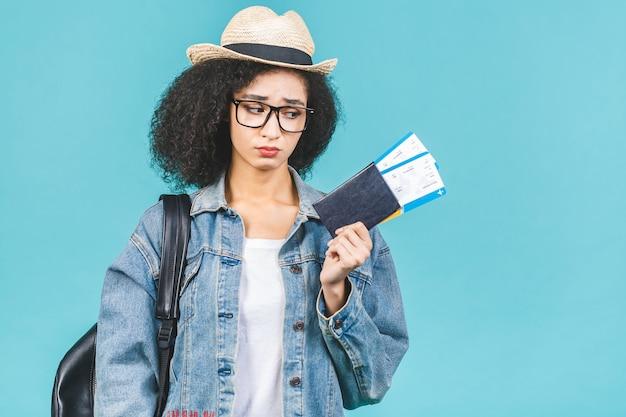 Молодая брюнетка женщина держит билеты и паспорт