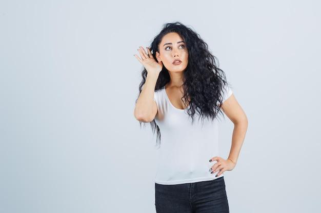흰색 T-셔츠에 젊은 갈색 머리 여자 무료 사진