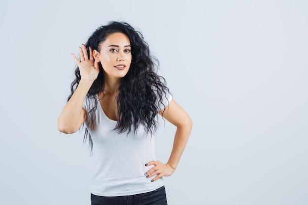 흰색 t-셔츠에 젊은 갈색 머리 여자