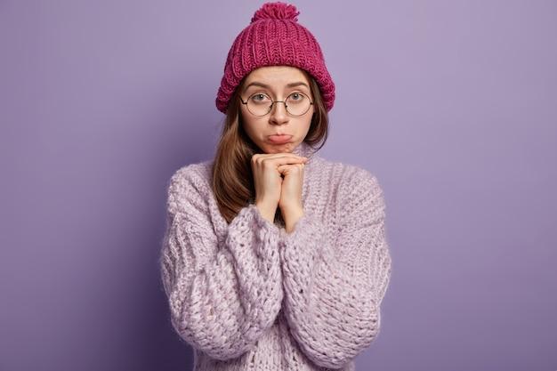 Молодая брюнетка женщина в уютной зимней одежде