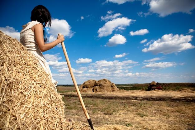 Молодая брюнетка женщина в белом платье, стоя назад