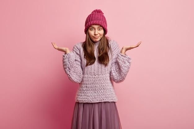 Молодая брюнетка женщина в зимней одежде