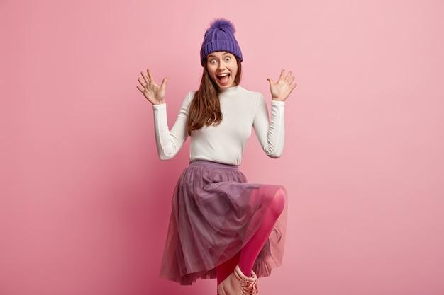 冬の服を着た若いブルネットの女性