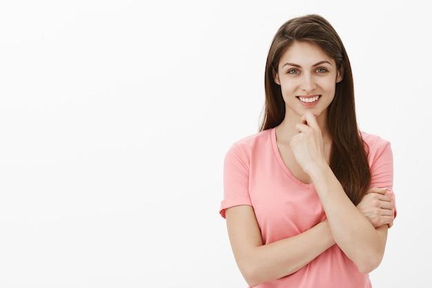 スタジオでポーズをとる若いブルネットの女性