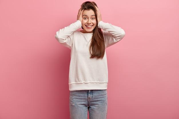Giovane donna castana che indossa abiti casual