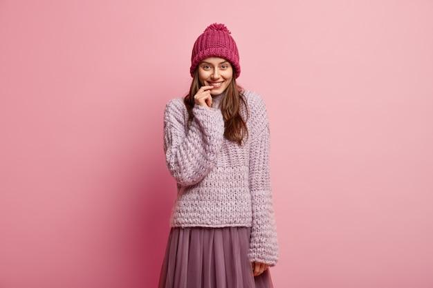 Giovane donna bruna indossando abiti invernali colorati