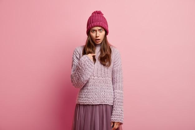 Молодая брюнетка женщина в красочной зимней одежде