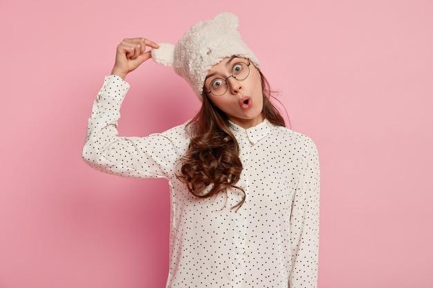 Молодая брюнетка женщина в смешной шляпе