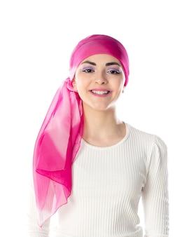 Молодая брюнетка женщина в розовом платке изолированы